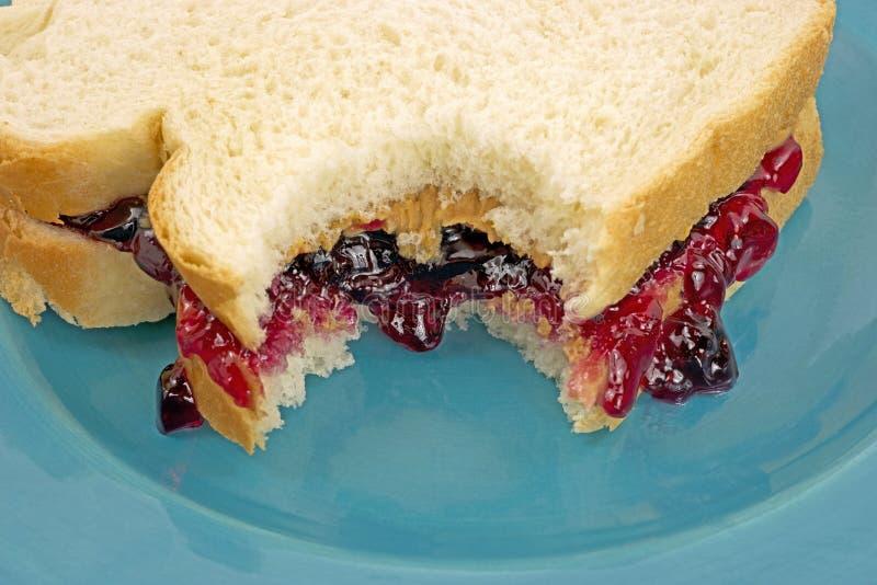 被咬住的接近的三明治视图 库存图片
