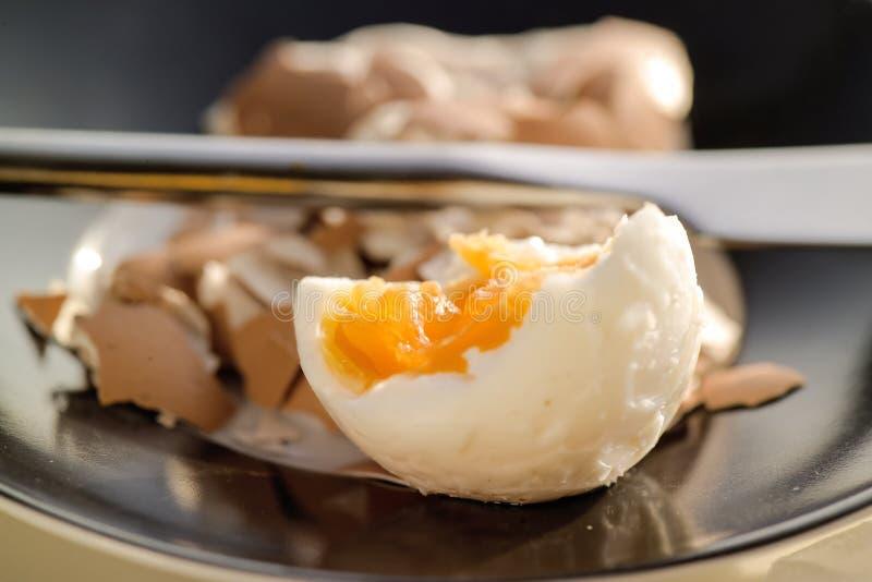 被咬住的鸡蛋 免版税库存图片