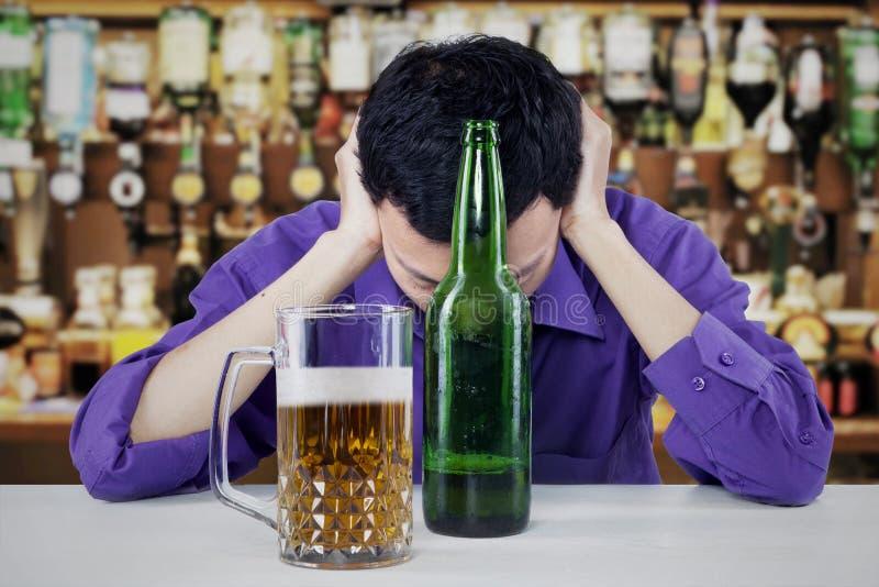 被喝的年轻商人 免版税图库摄影