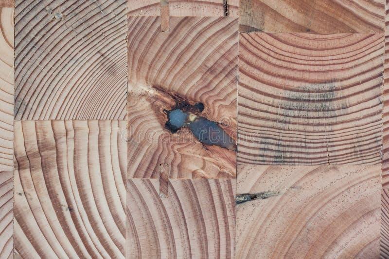 被回收的木立方体一起被胶合形成独特的台式 库存图片