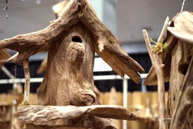 被回收的漂流木头鸟舍 免版税图库摄影