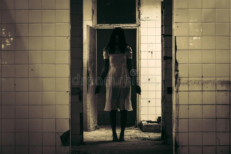 被困扰的妇女恐怖场面  免版税库存图片