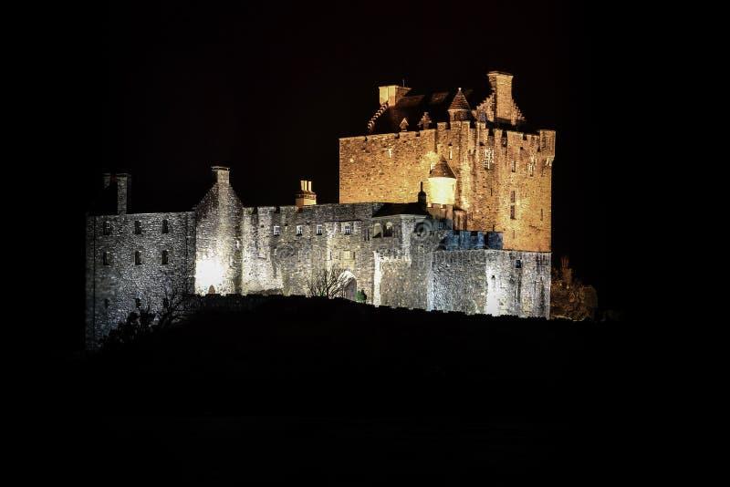 被困扰的神秘的令人毛骨悚然的爱莲・朵娜城堡在苏格兰在晚上 库存图片