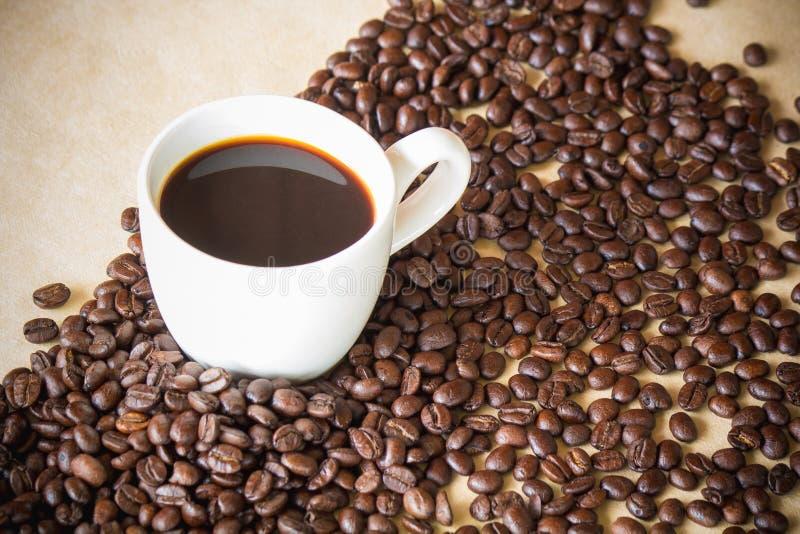 被围拢的白色咖啡和咖啡粒 免版税库存照片