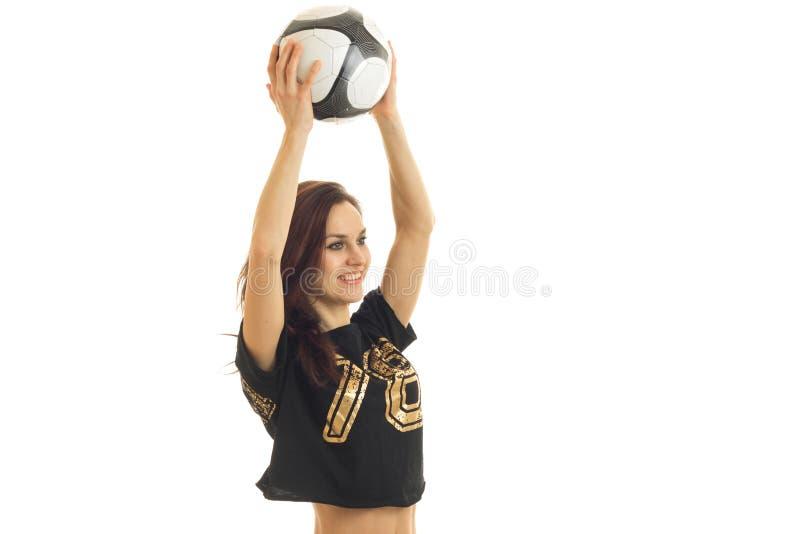 被培养精力充沛的女孩黑上面笑的和在白色背景隔绝的她的头上的球 免版税库存图片