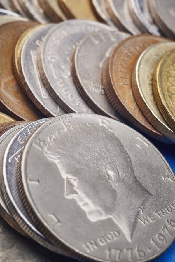 被堆积的不同的种类硬币 宏观细节 图库摄影