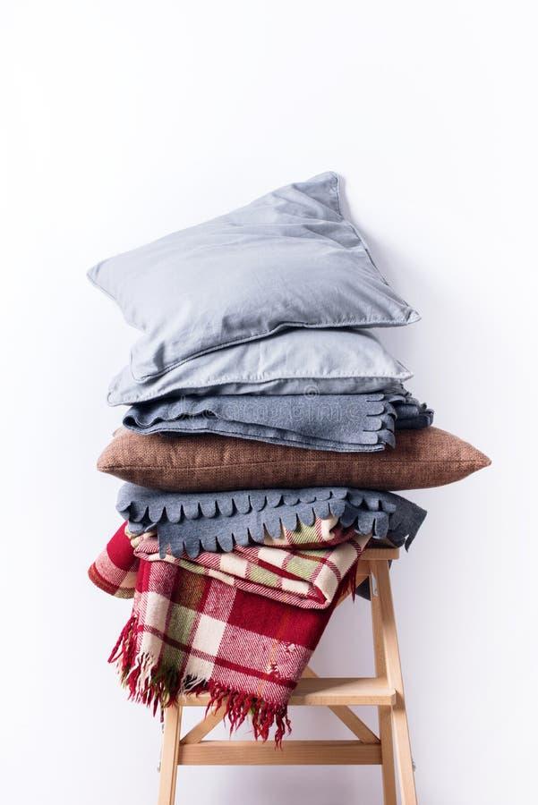 被堆积的五颜六色的枕头坐垫格子花呢披肩亚麻布纺织品 免版税图库摄影