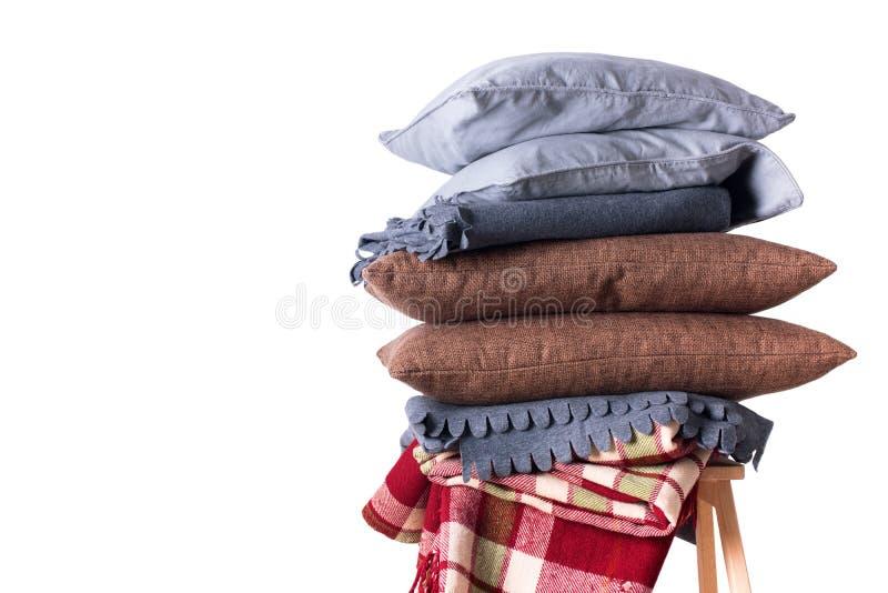 被堆积的五颜六色的枕头坐垫格子花呢披肩亚麻布纺织品 免版税库存照片