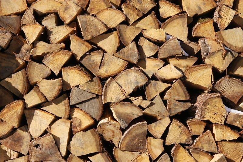 被堆积的切好的山毛榉树木柴背景纹理 免版税库存照片