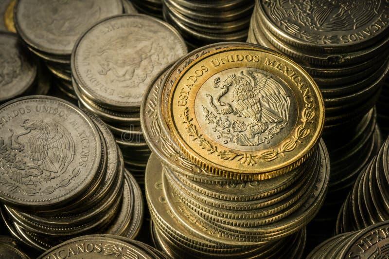 被堆积的墨西哥比索硬币 免版税库存图片