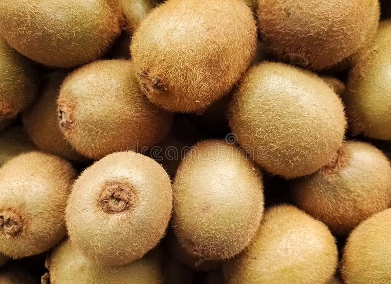 被堆积的小组猕猴桃或中国鹅莓,从猕猴桃类的可食的莓果 库存图片