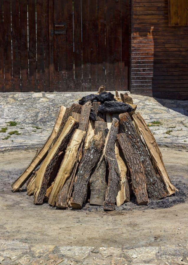被堆积的干燥木头 免版税库存图片