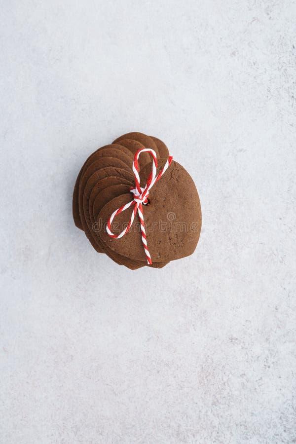 被堆积的心形的曲奇饼包裹与红色和白色麻线 免版税库存图片