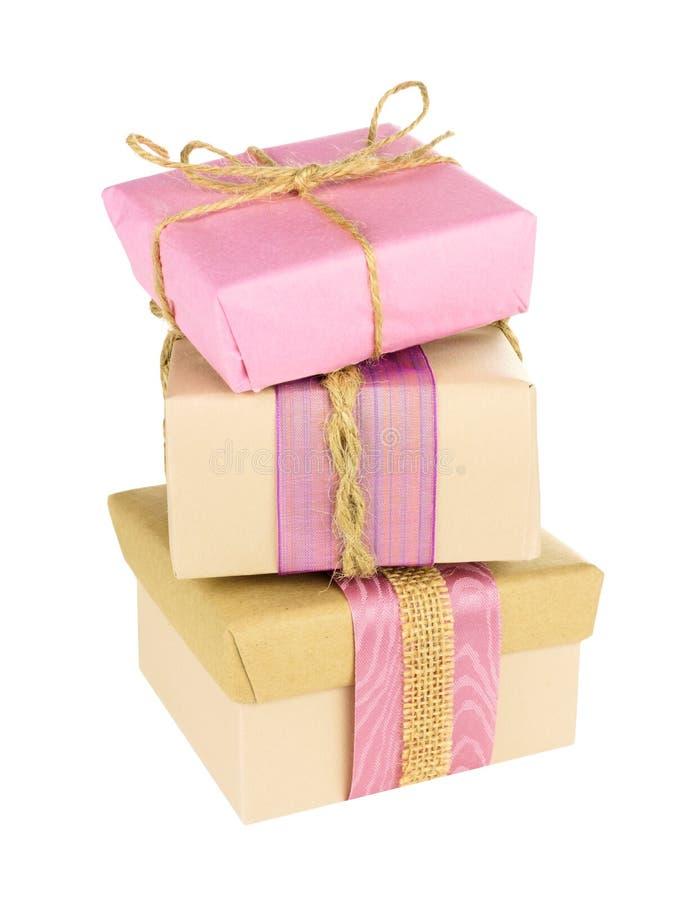 被堆积的桃红色和棕色礼物盒 免版税库存图片