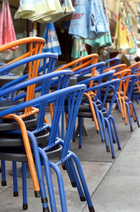 被堆积的椅子 免版税库存照片