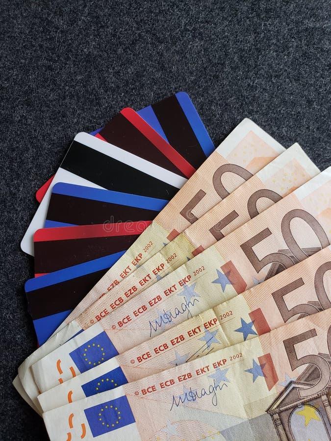 被堆积的欧洲钞票、信用和转账卡、背景和纹理 免版税图库摄影
