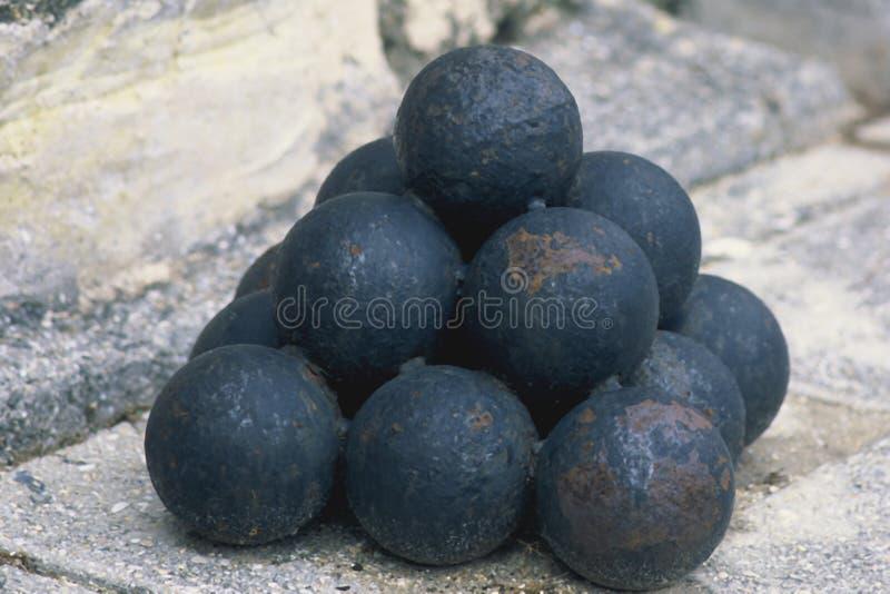 被堆积的球大炮 库存图片