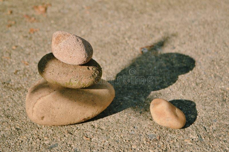 被堆积的石头和谐和平阳光和阴影 库存图片