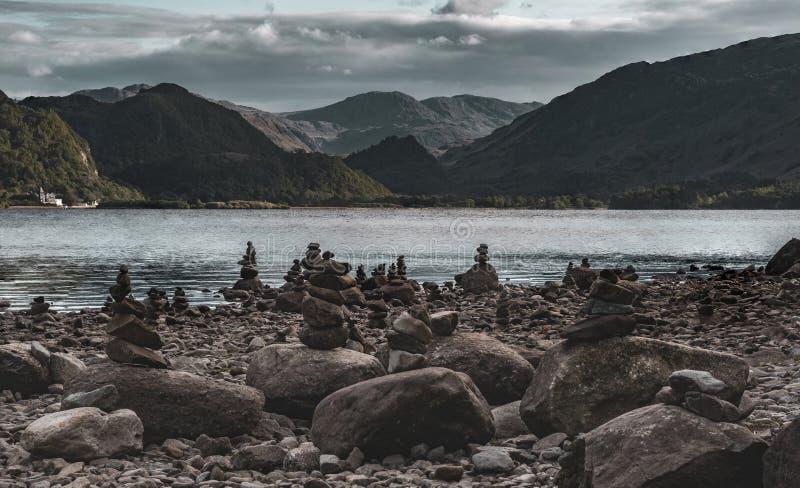 被堆积的石头,德文特湖 免版税库存照片