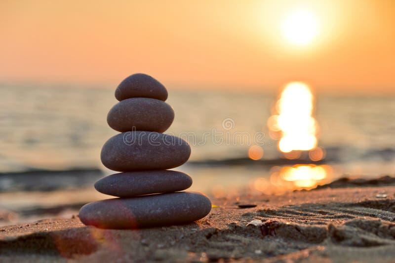 被堆积的石头和日落 免版税库存图片