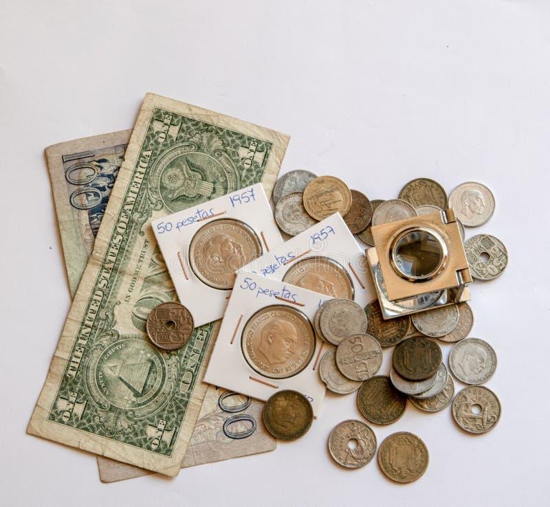 被堆积的票据和硬币 库存照片