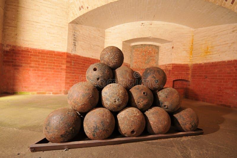 被堆积的老古炮炮弹和准备 免版税图库摄影