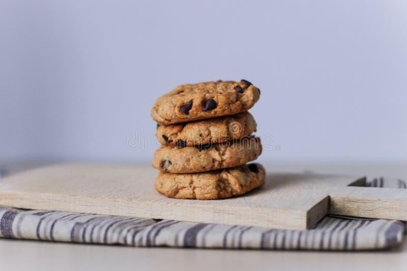 被堆积的自创美味的巧克力曲奇饼 免版税库存照片