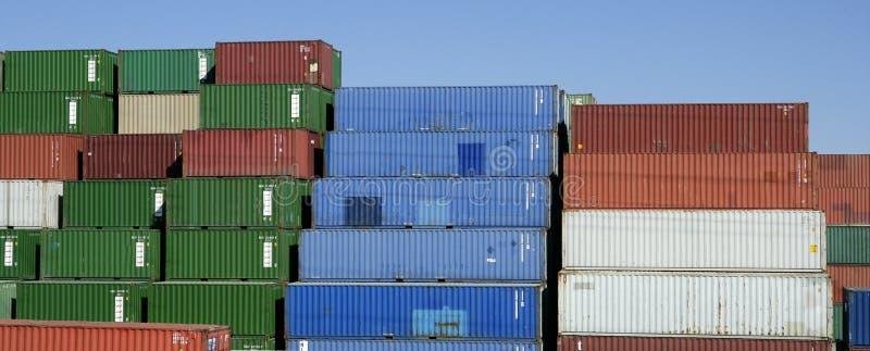 被堆积的蓝色五颜六色的容器运费天&# 免版税库存照片