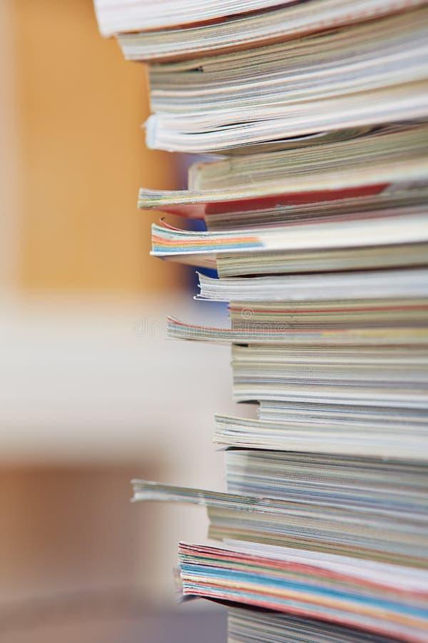 被堆积的许多杂志 库存照片