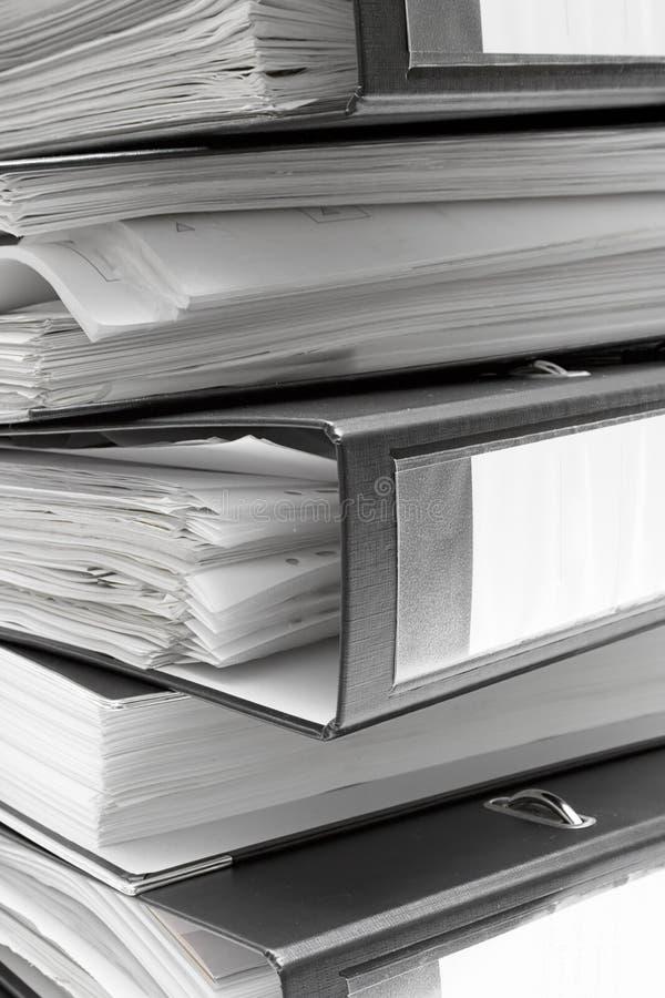 被堆积的黑色文件夹 库存图片