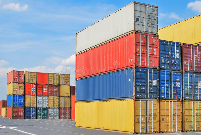 被堆积的货箱在货物海港ter贮存区  免版税库存照片