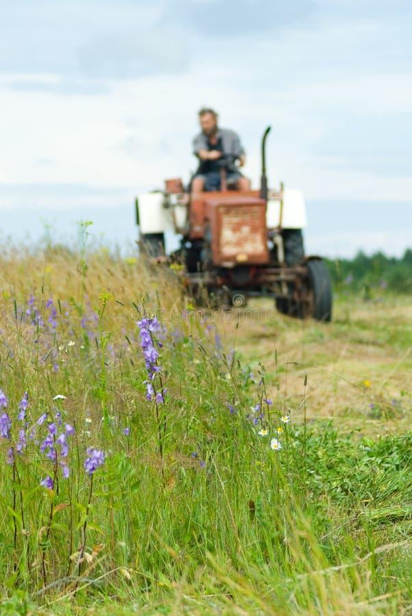 被塑造的老拖拉机 免版税库存图片