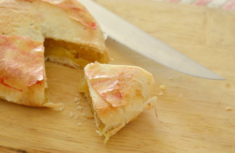 被填装的中国酥皮点心mushed豆和咸蛋裁减片断的在剁块 免版税图库摄影
