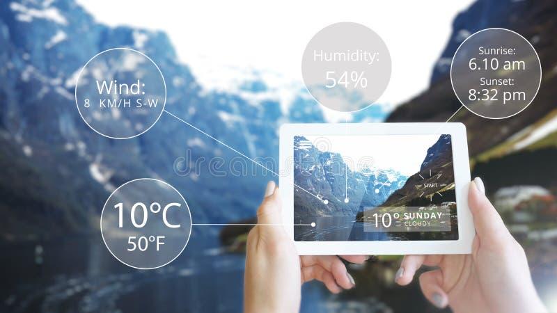 被增添的现实信息技术显示了在山-天气的片剂 图库摄影