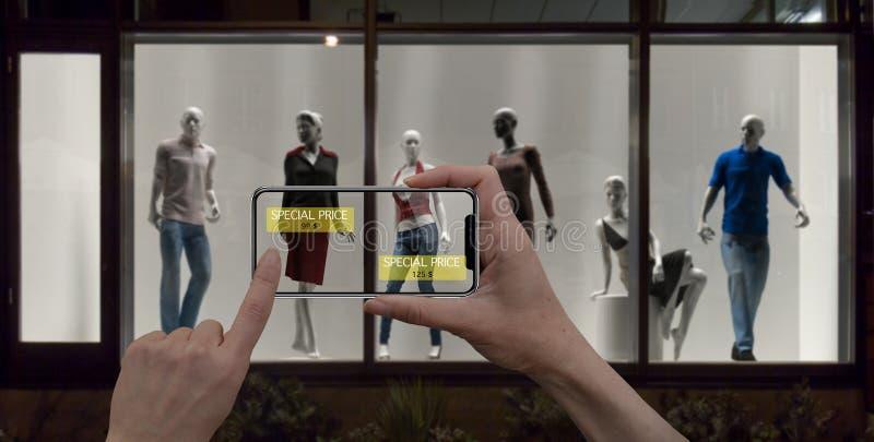 被增添的现实营销概念 举行数字式片剂聪明的电话用途AR应用的手检查特殊的拍卖价格浸泡 库存照片