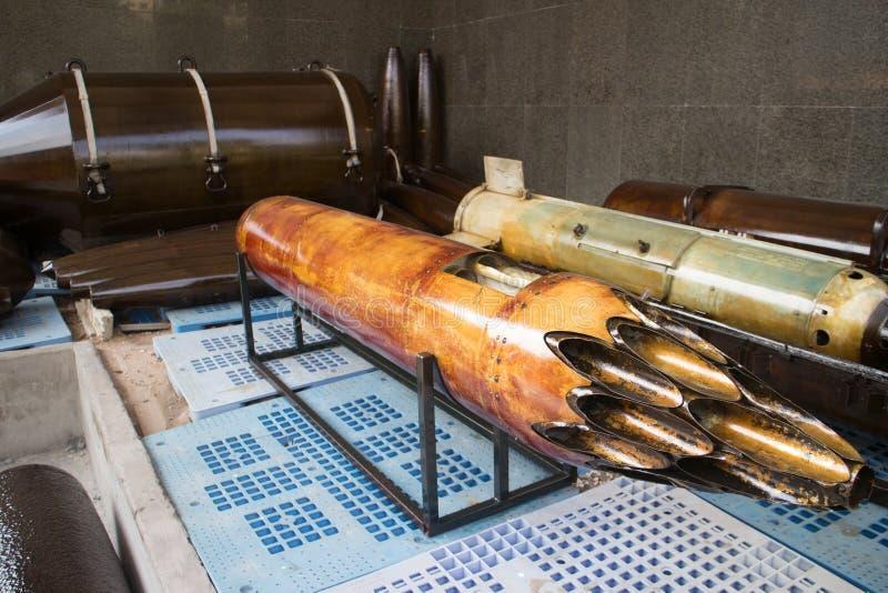 被夺取的美国空军火箭发射荚中等看法有上油的管的在显示在越南 免版税库存图片