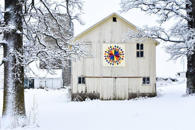 被子谷仓在冬天斯诺伊妙境 免版税库存照片