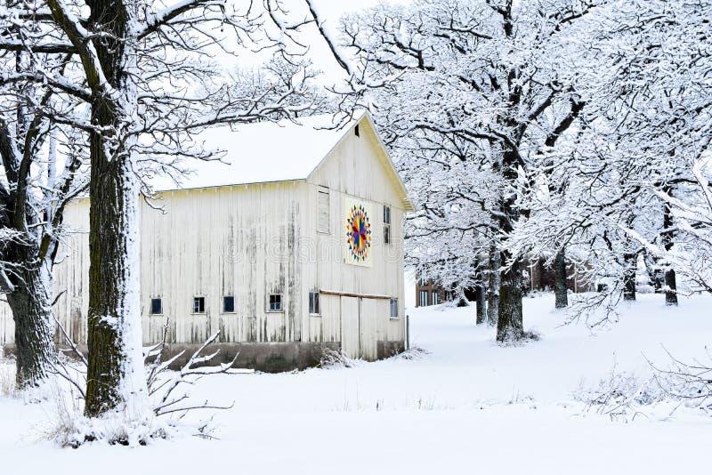 被子谷仓在冬天斯诺伊妙境 库存照片