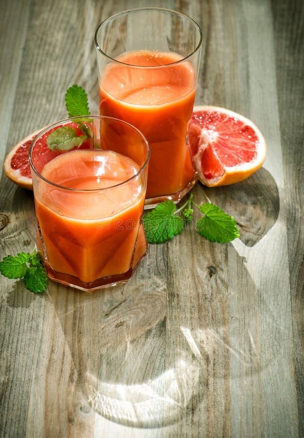 被定调子的健康汁液新鲜水果薄荷叶葡萄酒 免版税库存图片