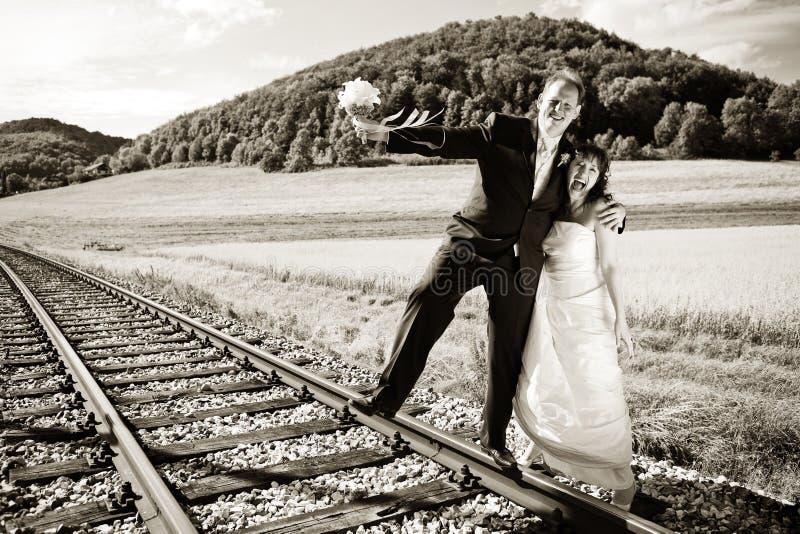 被定调子的新娘夫妇铁路运输 图库摄影