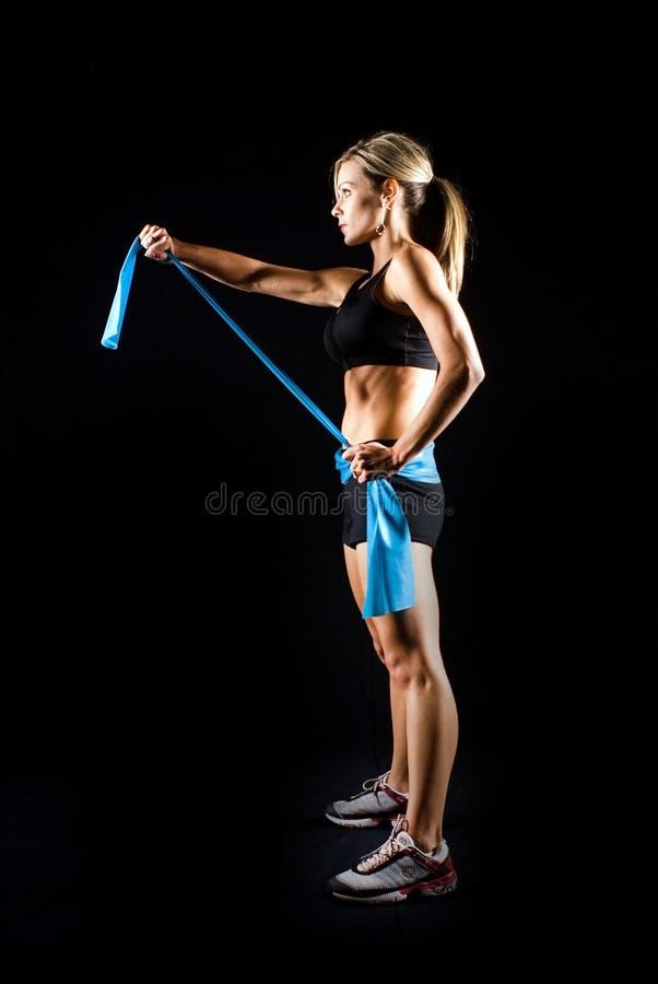 被定调子的年轻健身妇女解决。 图库摄影