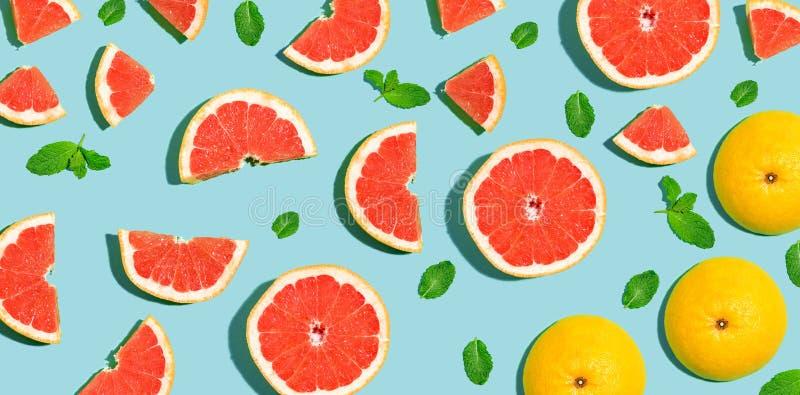 被对分的新鲜的葡萄柚 库存图片