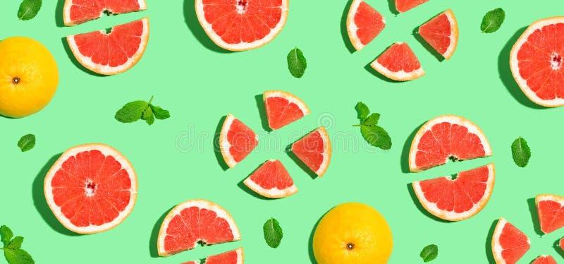 被对分的新鲜的葡萄柚 免版税库存图片