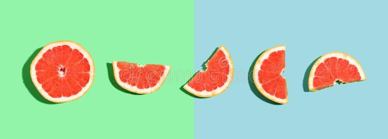 被对分的新鲜的葡萄柚 库存照片