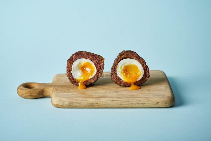 被对分的苏格兰煮蛋 免版税库存图片
