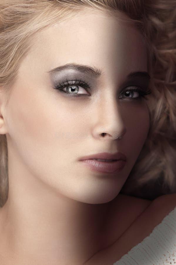 被射击的秀丽白肤金发的传神眼睛非&# 免版税库存照片