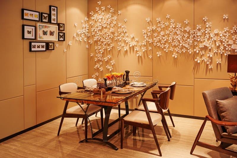 被带领的照明设备阐明的现代餐厅 免版税库存照片