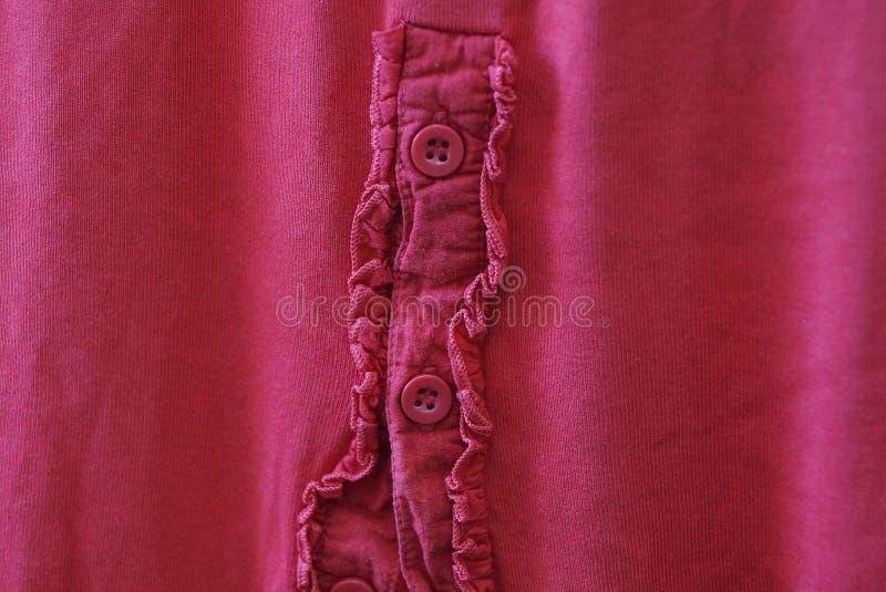 被弄皱的布料红色织品纹理与缝和按钮的 免版税库存图片