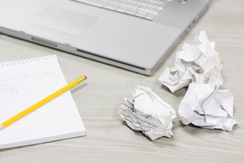 被弄皱的纸和笔记本在书桌上 库存照片