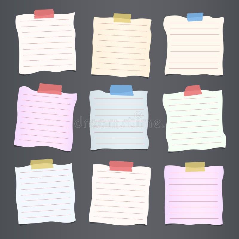 被弄皱的裁减五颜六色的被排行的便条纸张是陷进在深灰背景 皇族释放例证